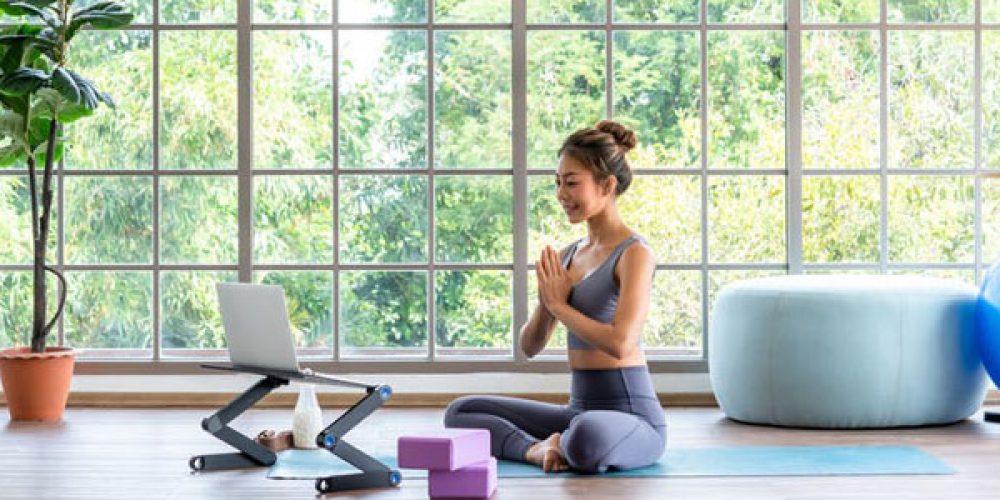 Profiter de cours en ligne et en direct de yoga